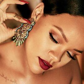 Son Fenty Beauty Stunna của Rihanna với màu đỏ dần lộ diện
